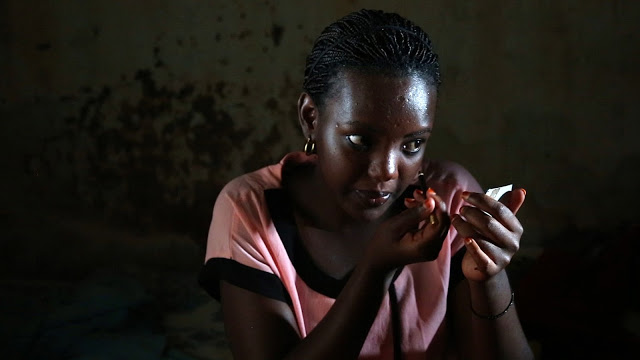 African woman applying make-up