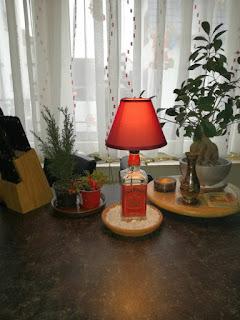 lampara roja con una botella de jack daniels reciclada