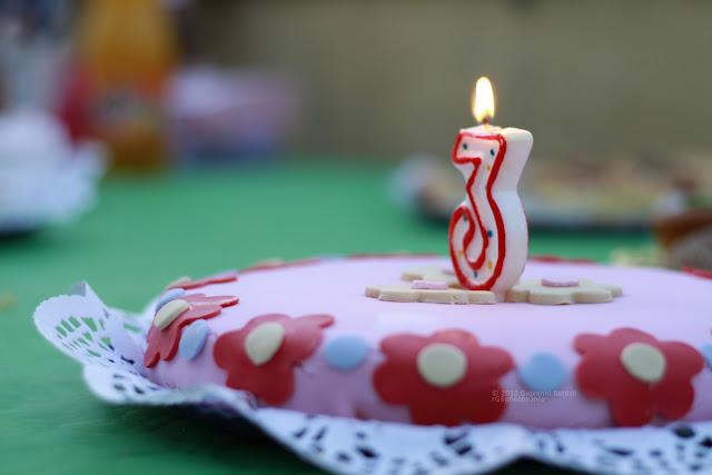 Torta di compleanno con candelina accesa. Canon EF 50mm f/1.8 II a F:2.2