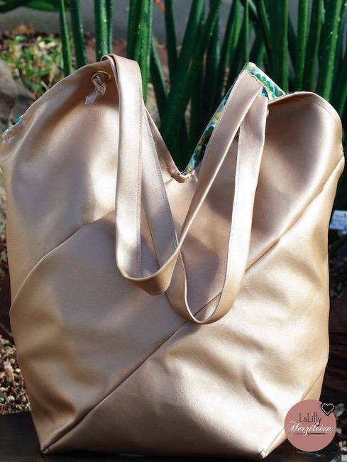 """Du möchtest dich beim Nähen von Taschen ausprobieren? Du möchtest selber eine Tasche aus Kunstleder nähen? Dann sichere dir das kostenlose Ebook """"Twisted Totebag Claribel"""" inklusive Tipps zur Verarbeitung von Kunstleder mit der Haushaltsnähmaschine!"""
