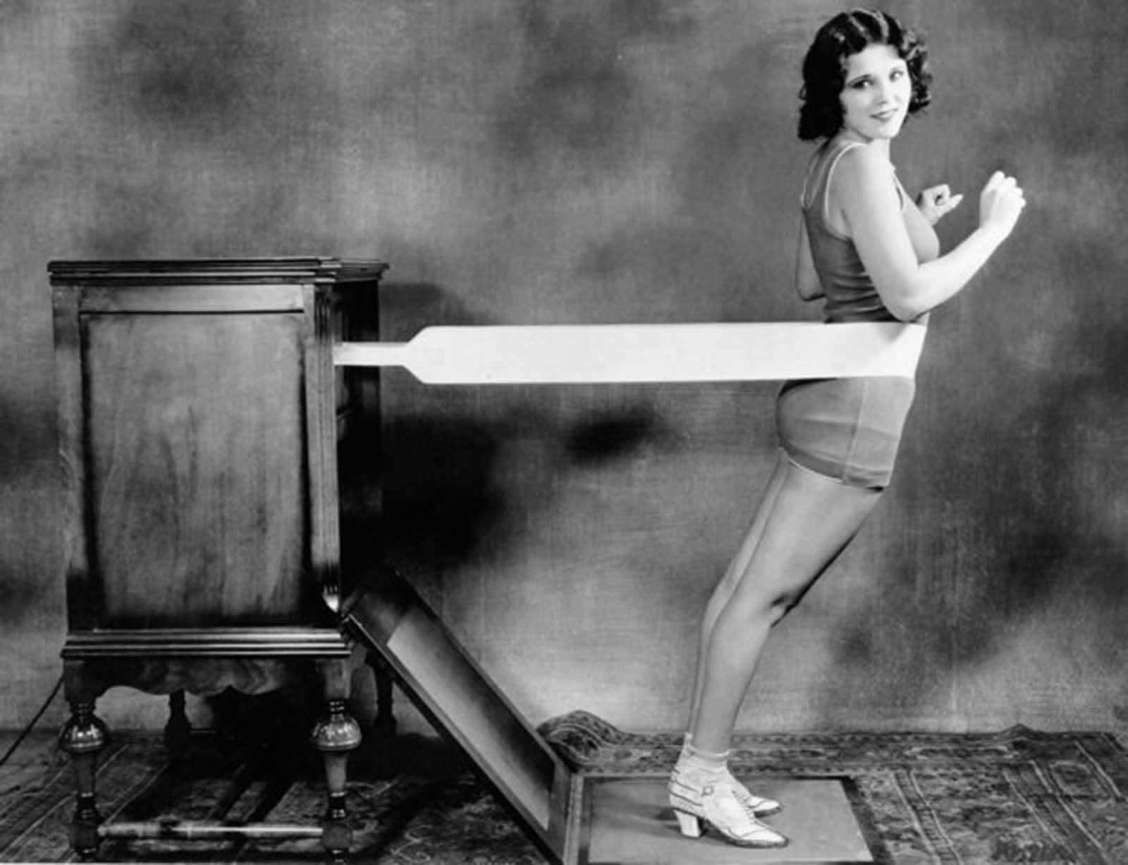 La nueva 'máquina de masaje de cadera' de los Estados Unidos, circa 1928.
