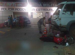 Motociclista morre ao bater em caminhão na frente de posto policial