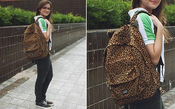 Adolescente usando mochila escolar de oncinha.