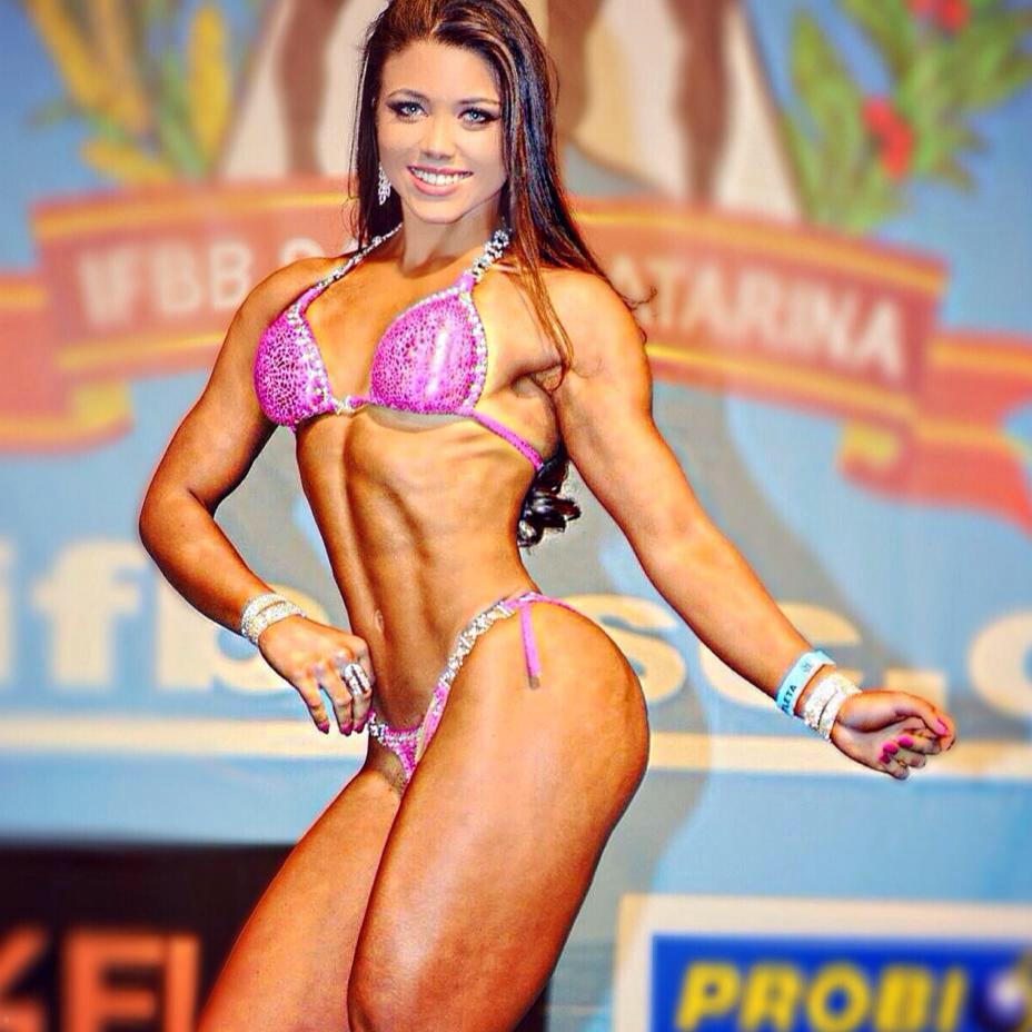 Fernanda Gomes mostra o corpo sarado no palco de sua primeira competição de fisiculturismo. Foto: Arquivo pessoal