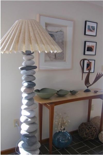Lampu lantai terbuat dari batu-batu