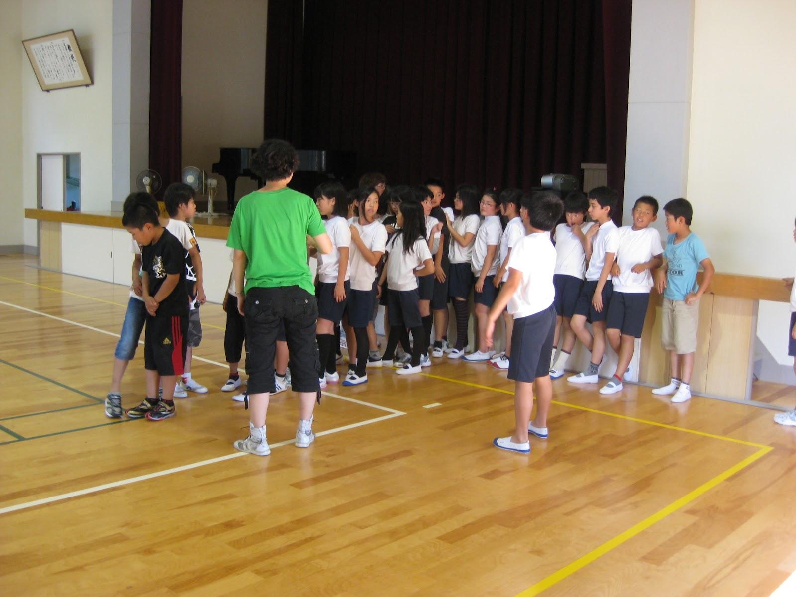 阿田和小学校5年生 「一本橋渡ろう」 「二人で形」滑り台! 御浜町アメニティーホール