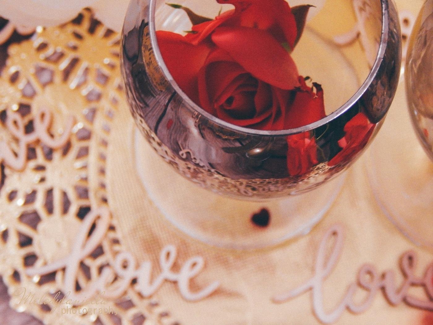 10 partybox złote ażurowe serwetki drewniane napisy love dodatki na walentynki konfetti serca błyszczące talerze talerze z efektem marmuru złote sztućce dekoracje ozdoby na stoł