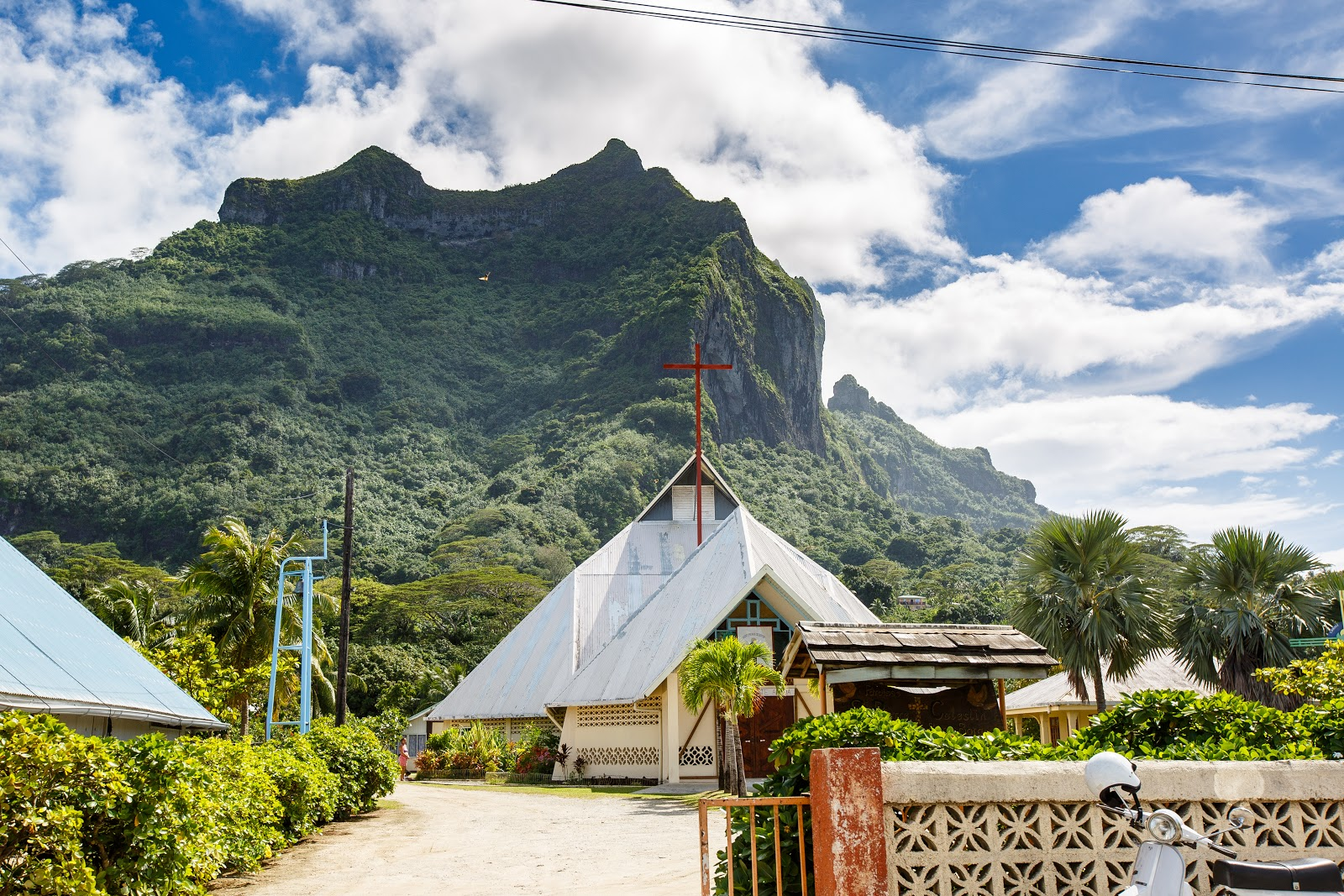 在 Bora Bora本島經過的傳統教堂