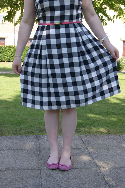 Matalan black and white gingham dress, monochrome, 1950s inspired, Clarks pink suede flat shoes, Bourjois Ping Pong velvet matte lipstick, hot pink belt, Accessorize cat eye sunglasses (1)