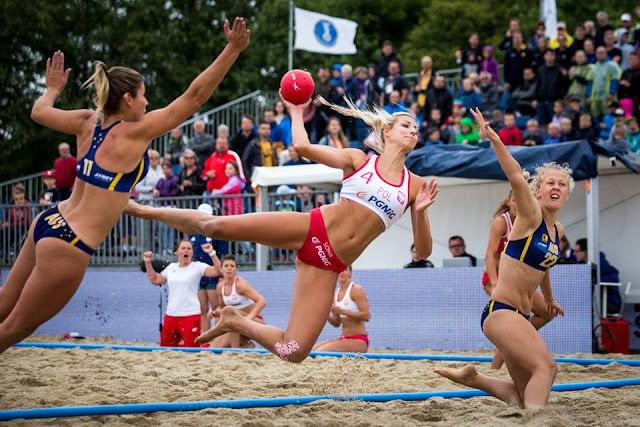 Paulina Sowa de la selección nacional de balonmano de playa de Polonia supera a Heather Cooper (22) y Aline Viana (11) de Australia en Juegos Mundiales