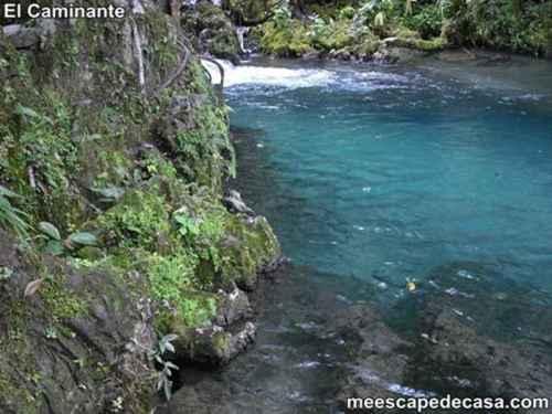 Aguas de color verde azulado de la naciente del río Tioyacu (Rioja, Perú)