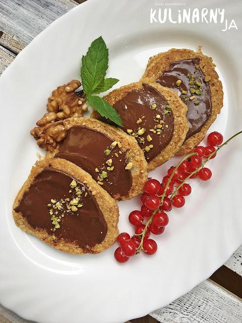 Bezglutenowe pancakes z kakaowym tahini i owocami