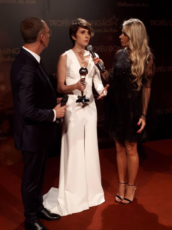 Carol Duarte ganha 'Troféu Domingão' com personagem homem trans