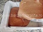Prajitura desteapta cu ciocolata preparare reteta - turnam compozitia in tava tapetata cu hartie de copt