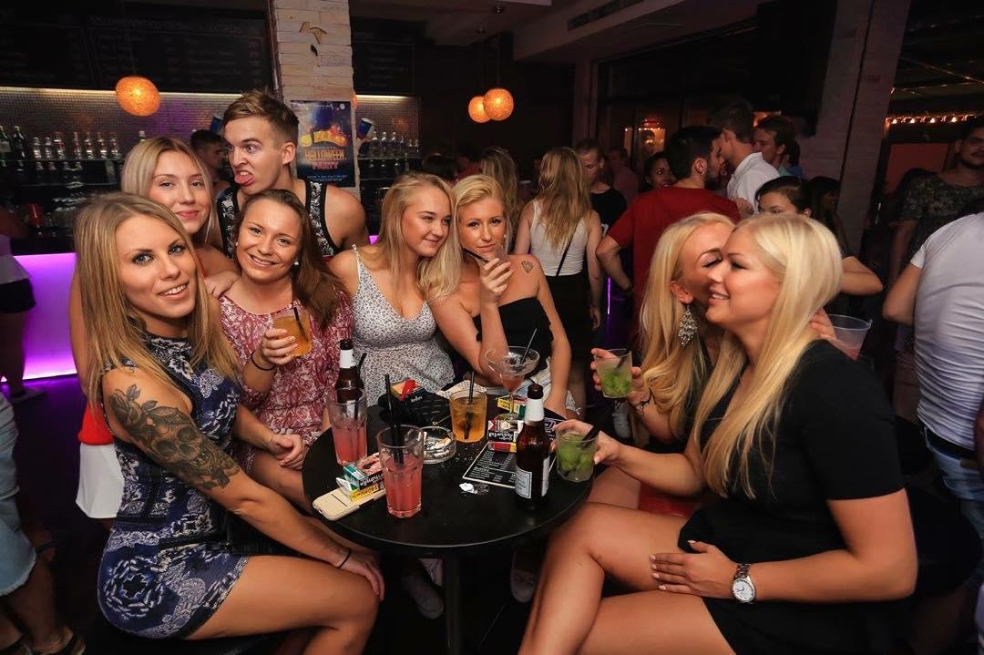 sexy-uk-girls-in-bars