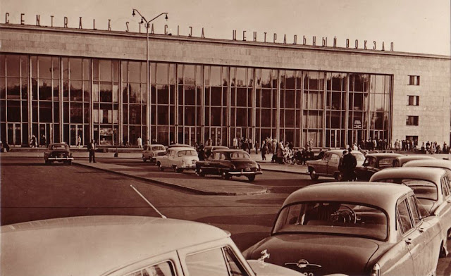 1965 год. Рига. Здание Центрального ж/д вокзала и остановка такси на Привокзальной площади