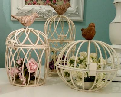 gaiola de ferro com flores artificiais