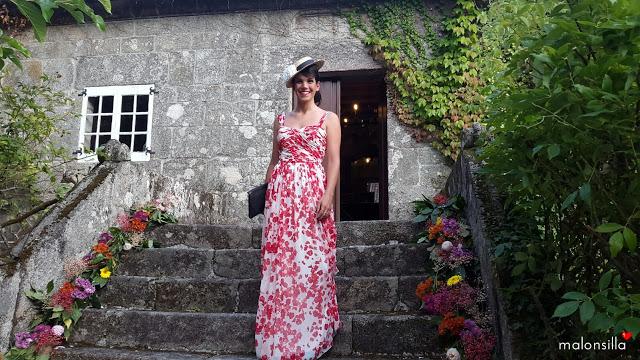 Invitada boda con vestido largo vaporoso y canotier