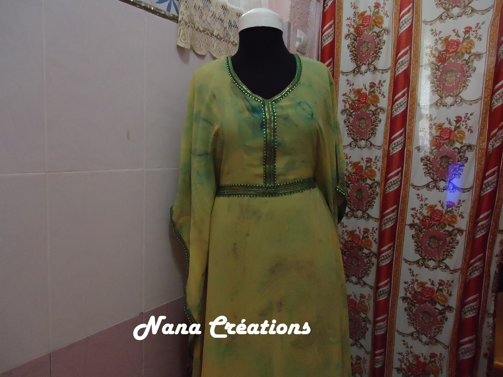 Ces robes papillons sont ornées de ruban assorti et se ferment au niveau de la taille de lintérieur tandis que dautres sont toutes simples