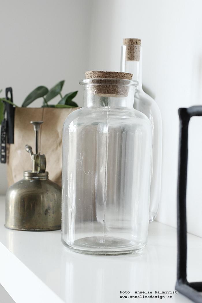 flytande hyllor, hyllplan, vitt, vit, vita, glasflaskor med kork, ikea, blomsterspruta, vattenspruta, flaskor, flaska, Oohh kruka, krukor,