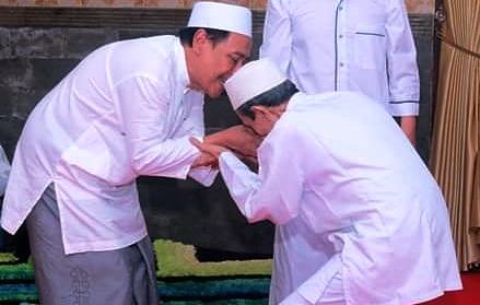 Tawadlu'nya Para Ulama NU, Saling Berebut Cium Tangan