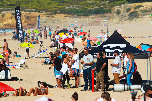 1 Crowd at Guincho Contest site Allianz Billabong Pro Cascais Foto WSL Laurent Masurel