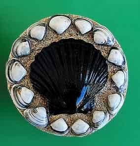 kotak perhiasan dengan ornamen dari kulit kerang ini di beri cat dan tambahan ragam hias dari pasir