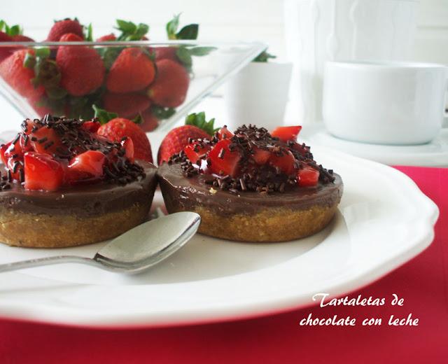 Tartaletas de chocolate con leche y fresas {sin horno}