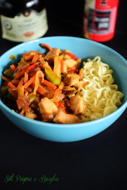 Makaron noodle z kurczakiem i warzywami w sosie sezamowym