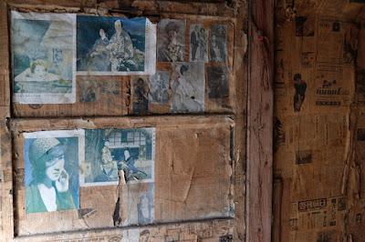 古民家カフェ・ひとつ石の二階の蚕室 壁には昭和の雑誌の切り抜き
