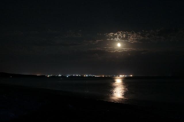 вид на ночной Бердянск с берега