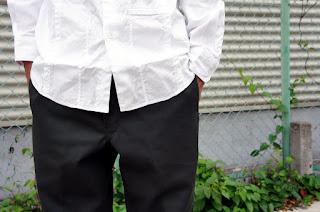 ブラックアンドブルーのパッチワークシャツを着用した腰周り