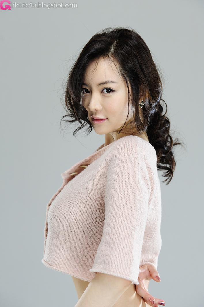 Cute Chinese Maid Cosplay: Im Ji Hye Showing Her Curves