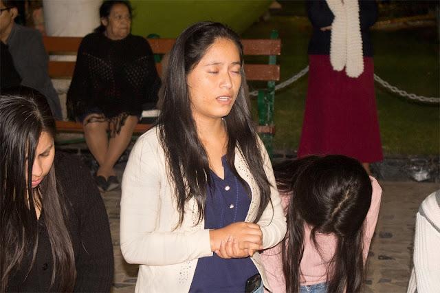 chica-orando-de-rodillas
