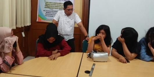 Satpol PP Kota Padang Amankan Puluhan Pasangan Diluar Nikah di Kamar Hotel