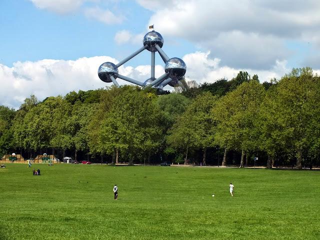 parque Leaken con el Atomium al fondo