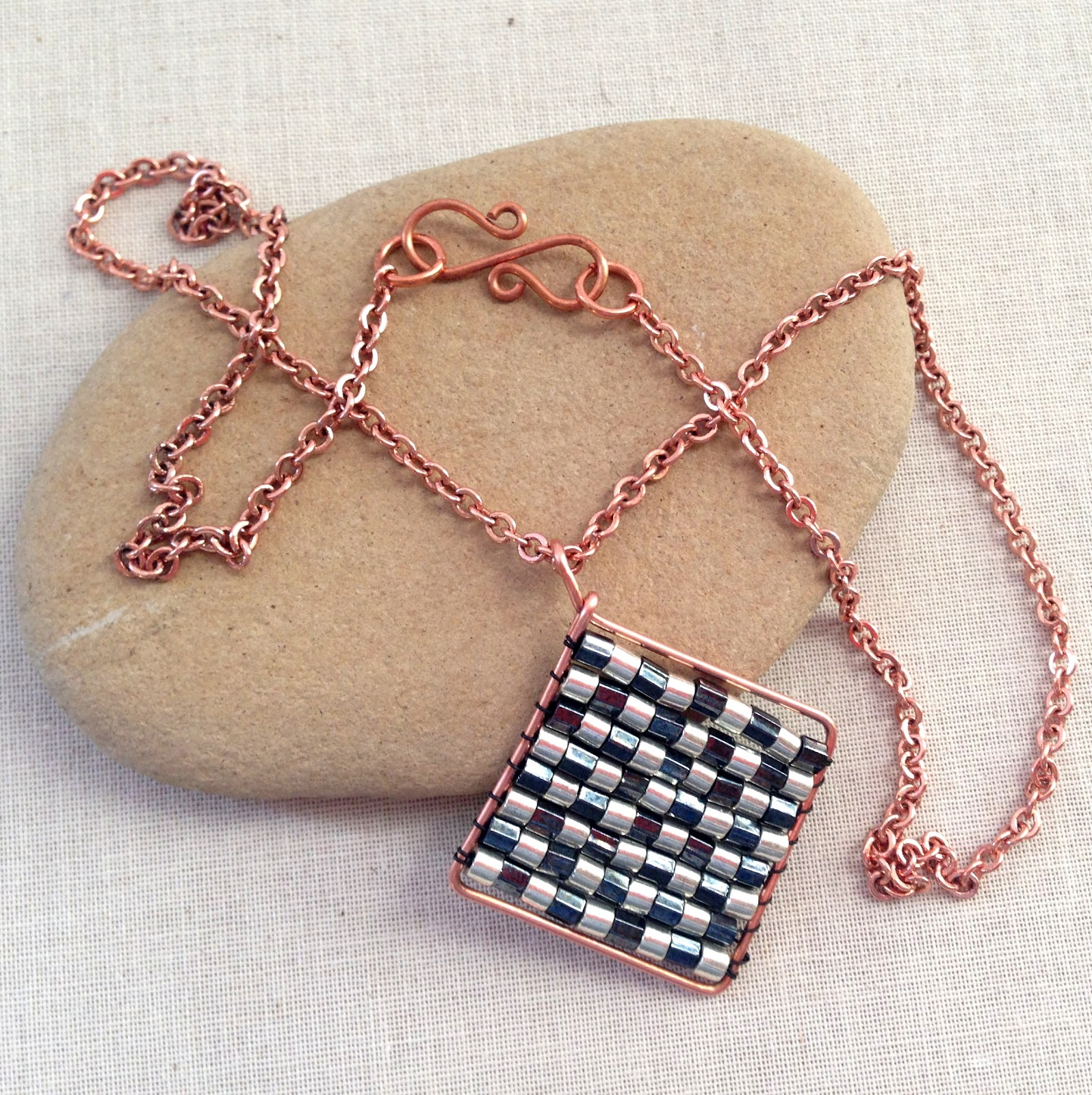 Harlequin diamond beaded pendant: free tutorial