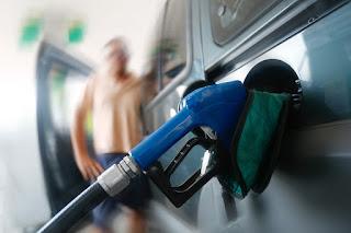 Governo aumenta preço da gasolina e litro passa a custar até R$ 5