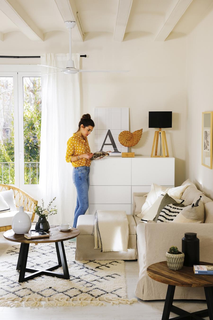 Czerń i biel w przytulnej aranżacji - wystrój wnętrz, wnętrza, urządzanie mieszkania, dom, home decor, dekoracje, aranżacje, minty inspirations, styl skandynawski, scandinavian style, biała wnętrza, małe wnętrza, małe mieszkanie, otwarta przestrzeń, czerń i biel, balck & white, naturalne drewno, naturalne materiały, salon, pokój dzienny, living room, drewniany stolik kawowy, dywan, kanapa