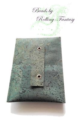 Handytasche aus Korkleder mit umperlten Chip - von hinten