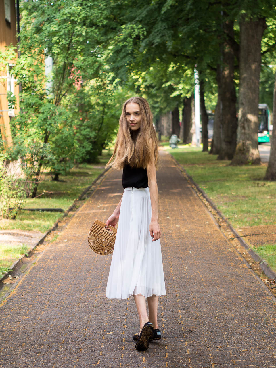 white-pleated-midi-skirt-outfit-fashion-blogger