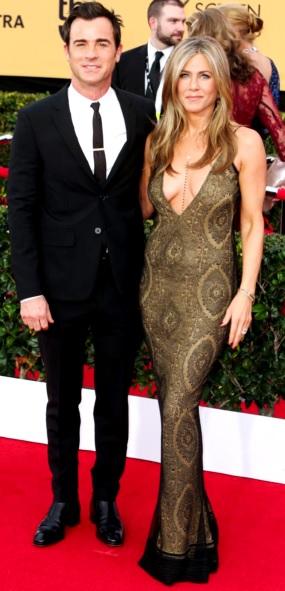 Foto de Justin Theroux y Jennifer Aniston posando parados