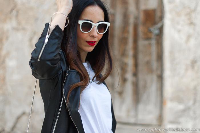 tendencias streetstyle Influencer blogger valencia con look comodo estiloso jeans rectos chaqueta cuero y converse all star