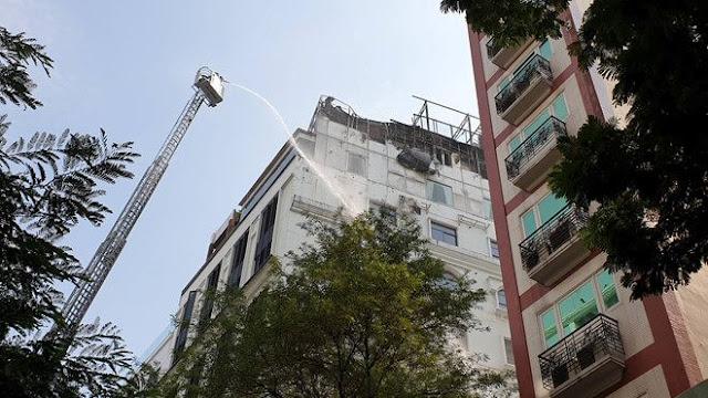 Khách sạn giữa trung tâm Sài Gòn cháy ngùn ngụt ảnh 2
