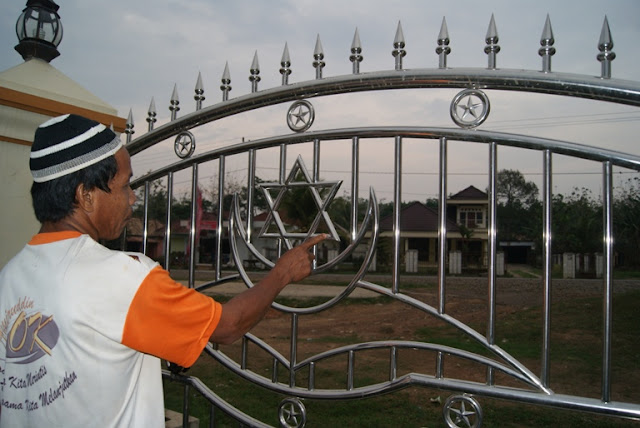 http://4.bp.blogspot.com/-a1xlmoRnMBU/TpVwmKrbW3I/AAAAAAAAANI/CvlZz3WHEp8/s1600/petugas+masjid+yang+menunjukan+simbol+yahudi.JPG