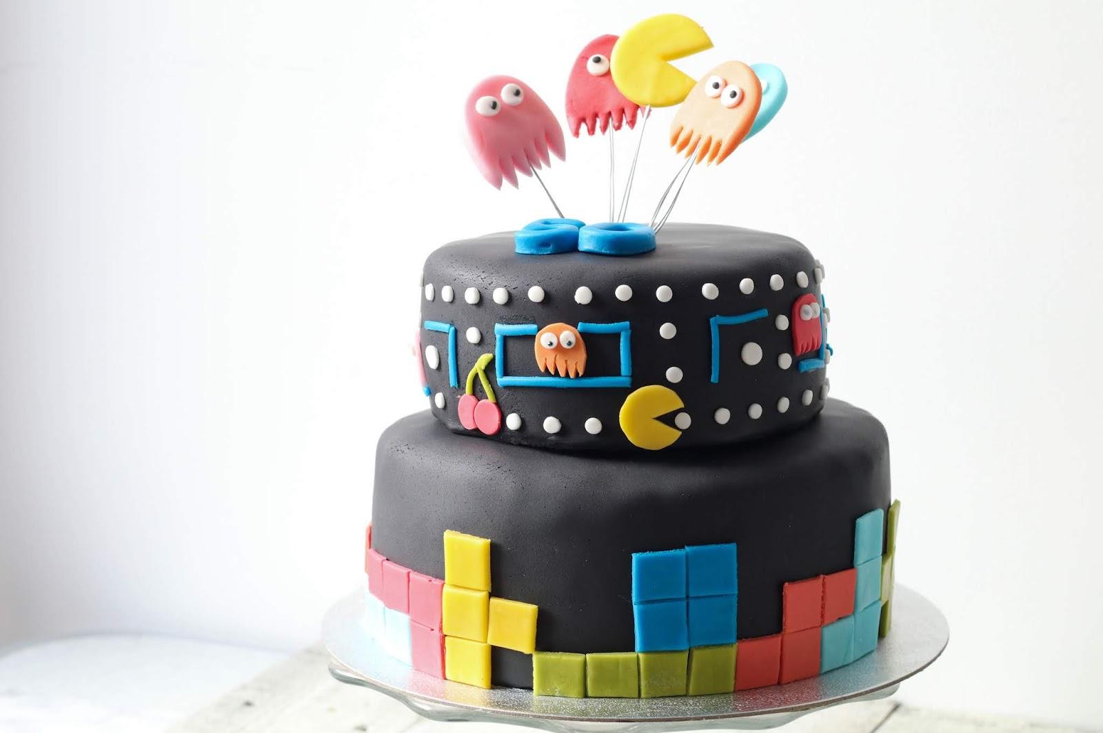 Recette d'un gâteau d'anniversaire au chocolat et à la cacahuète en pâte à sucre sur le thème de l'arcade