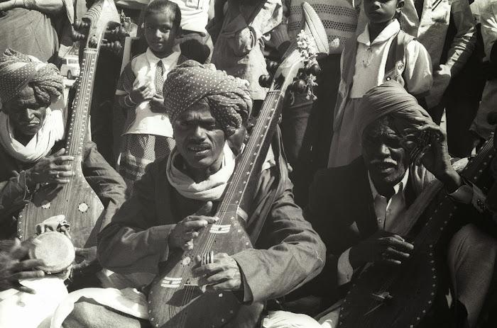 Mysore, Mysuru, Kannada Rajavastava festival, joueurs de luth, © L. Gigout, 1990