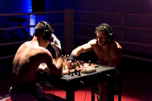 Les combattants sont torse nu, sans casque de protection mais avec des oreillettes antibruit - Photo © Olivier Wolff