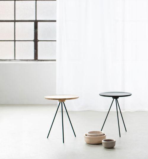 Zwei Tische stehen nebeneinander, davor Schalen