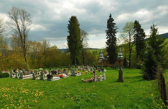 Cmentarz przy cerkwi w Rzepedzi.